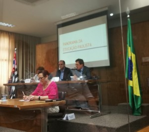 Ao fundo, o Secretário de Educação do Estado de São Paulo, Rossieli Soares, e o Presidente do Conselho Estadual de Educação, Hubert Alquéres.