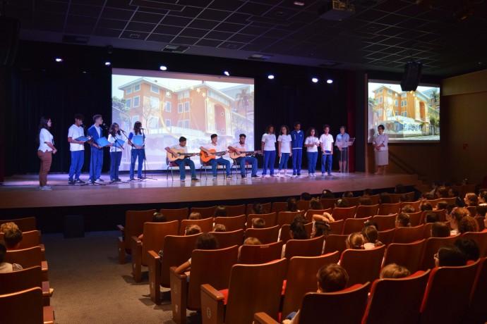 Estudantes do Colégio Franciscano Santa Isabel durante apresentação musical