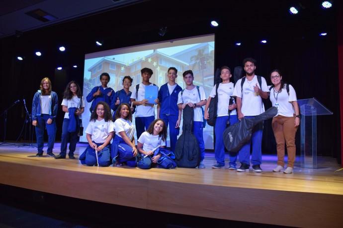 Estudantes e a Pastoralista Gisele Cruz, do Colégio Franciscano Santa Isabel