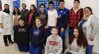 Estudantes do Fundamental 2 e Ensino Média, com parte da equipe pedagógica.