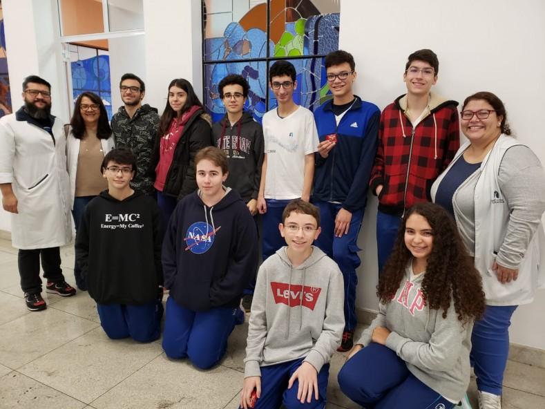 Estudantes do Fundamental II e Ensino Médio, com parte da equipe pedagógica.